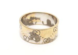 ピンホックやボタンの緩み、金具に錆び、メッキの剥がれなどの劣化が見られる
